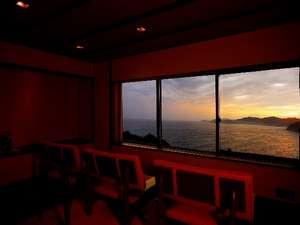 夕陽の眺めは抜群の展望ラウンジ