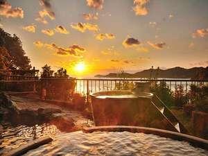 夕陽に染まる天然温泉露天風呂「みたびの湯」