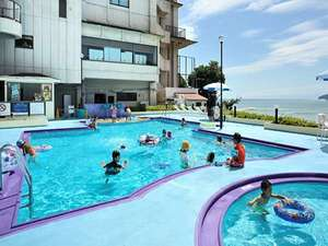 プールサイドには、ベンチやパラソルが常設され、泳がない方もゆったりと…。