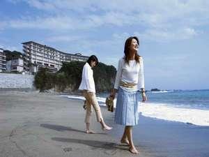 波打ち際の砂浜を素足で散歩…