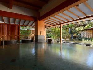 日本庭園と滝を眺めながら寛げる水心鏡『満月風呂』