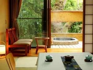 露天風呂付客室 8畳の奥にお風呂があります(嵯峨の間)