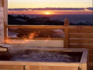 【本館】露天風呂から眺める夕陽は格別です!(季節により夕日の角度が変わります)