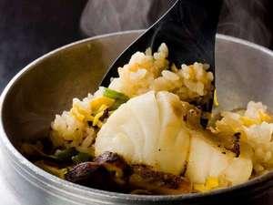【釜飯】旨味をギュッと炊き込んだ釜飯は忘れられない思い出に。*季節により内容が変わります