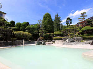 *庭園大浴場(女湯)/見上げれば青い空!開放的な源泉掛け流し温泉露天風呂です。