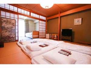 二階寝室、ベッド2台布団を最大4セット