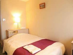 *シングルルーム一例[10㎡]/室内は白壁の明るい雰囲気。ビジネス、観光、婚礼等にご利用下さい。