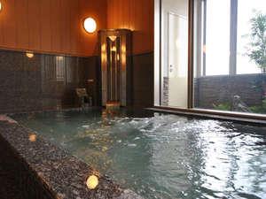 体の芯から温まる人工温泉大浴場。炭酸カルシウムなど天然のミネラル成分を溶解抽出するシステムを採用。