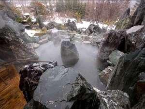 大浴場/岩造りの露天風呂!自家源泉から引く温泉は「美肌湯」とも呼ばれる。