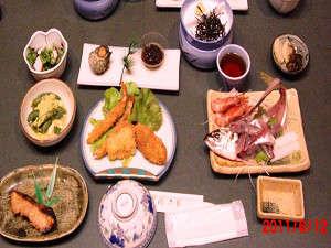 通常料理の一例。季節の地物素材が並ぶ。