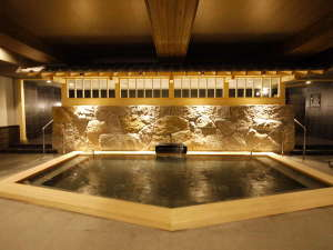 <天然温泉 華楽(かぐら)の湯> 檜風呂 樹木の温もりを感じさせる和みの湯。朝風呂は6時~オープン。