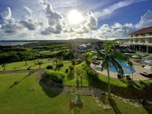 ガーデン側景観南国の日差し降り注ぐガーデンプールで贅沢なリゾートタイムをお楽しみください。