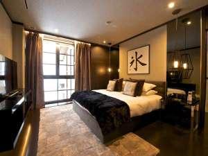 *[2階マスターベッドルーム]広さ約19.4㎡ベッドはキングサイズ。デザイナーズバスルーム付き。