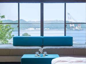 離れの客室からは下田湾を一望!おすすめは朝。目覚めてから見るキラキラ輝く海の青!