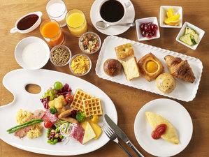 ご朝食は卵料理や種類豊富なパン、フルーツ、サラダのほか、ご飯、お味噌汁、和惣菜が並ぶブッフェ形式