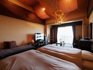【本館バリ風洋室】開放的な天井高とバリの異国情緒溢れる客室