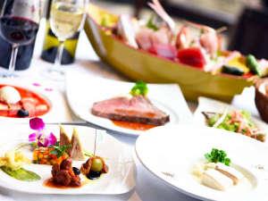 ガラスが開放的なレストランで頂くディナー和洋折衷の特選ディナーコース。