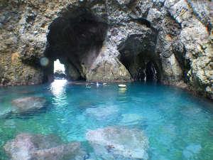 これが秘境の地「青の洞窟」この中をシュノーケリングで探検します!