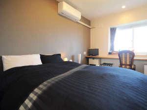 【洋室(シャワー付)】セミダブルベッドを設置。お部屋は便利なシャワー付☆