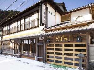 日本旅館の雰囲気はたっぷりに快適にリニューアル済。温泉街中心部