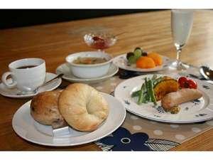 朝食のパン(写真、ベーグル)・ジャム、自家製です♪