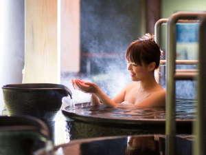 【壺湯イメージ】温泉露天風呂『桂浜』側にのみある壷湯。※撮影の為タオルを使用しています