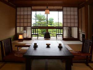 和室10畳客室/一例。客室から自慢のお部屋が一望できる
