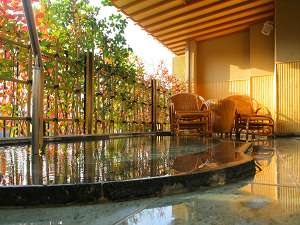 お風呂もゆったりサイズの翠明露天風呂付客室(12.5+6畳)一例。季節ごとに景色をお楽しみ頂けます。