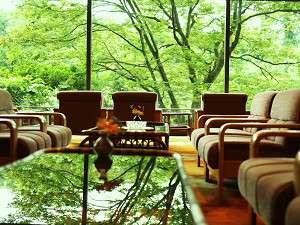 ロビーの大きな窓から眺める鶴仙渓が日頃のお疲れを癒してくれます。