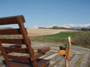 外にある椅子で、広大な風景を見ながら、タバコをふかしたり、コーヒー飲んだりと。