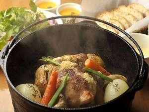鶏を丸ごと一羽と地元の食材を使った、ダッチオーブンでのグリルチキン!