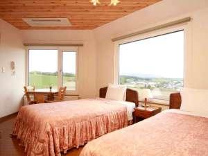 *【十勝岳側】DXツイン/勝岳連峰と丘陵地帯の風景を一望する、眺望の良い一番人気のお部屋。