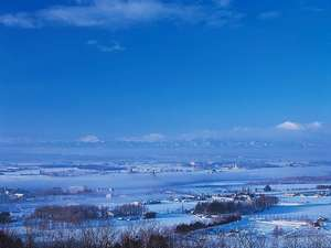 悠々と流れる十勝川にかかる真っ白い「川霧」
