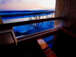 露天風呂付客室和室で十勝川河畔の美しい冬景色と芯まで暖まるモール温泉をお愉しみください。