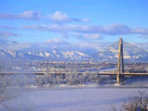 冬の晴れた朝は美しく輝く山々と十勝川の絶景が望めます。