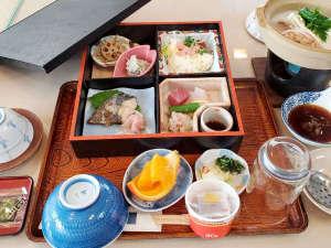 ・和朝食一例:品数豊富で栄養バランスもバッチリ♪朝から元気が出ますよ