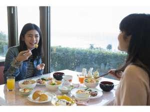 【朝食バイキング】何からいただこうかしら・・今日もお天気がいいし、楽しみね