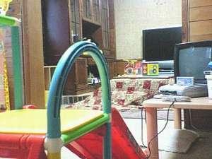 子供用ジャングルジム・TVゲーム・おもちゃ・木製のおままごとセットがあるキッズルーム