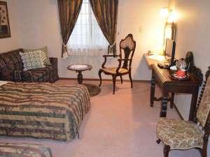 *[クラシックツイン]英国製アンティーク家具が配されたゆったり広めのお部屋
