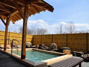 ひのきの露天風呂で天空を望む湯あみをお楽しみください