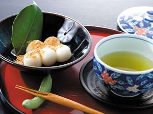 到着時、お茶とお団子のおもてなし