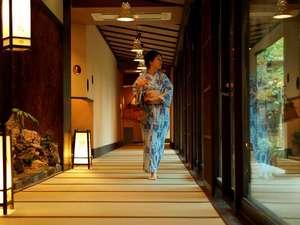 【館内】全館畳敷きの湯回廊から、中庭を眺める