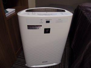 禁煙室には加湿機能付きの空気清浄機がございます。