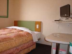 ベッドはお子様と寝ても安心のセミダブルサイズ。