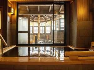檜香る内風呂。木の温もりを感じながら、ゆったり湯浴みを愉しんで