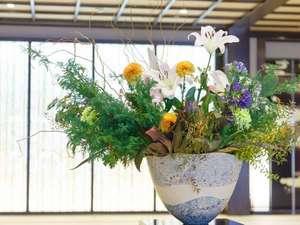 『二十四節気』を色彩と香りで愉しむ生花。美しい花々と共に、皆様をお迎え致します。