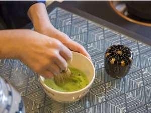 お抹茶のおもてなし。季節のお菓子と一緒にお召し上がりください。