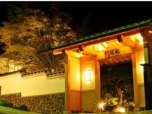 秋の気配が近づくにつれ、庭の木々も彩りを変えて行きます。夜の風景もまた一興。