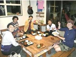 夜は一緒にご飯を食べたり、お酒を飲んだり、楽しい語らいのひと時を共に過ごせるのがゲストハウスの醍醐味