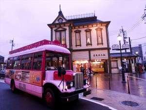 ボンネットバスで道後温泉駅や温泉本館周辺のアートなエリアへ無料送迎♪.
